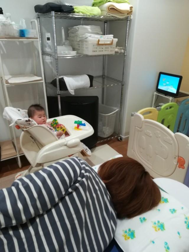 赤ちゃんをベビーラックのせて整体が受けられます