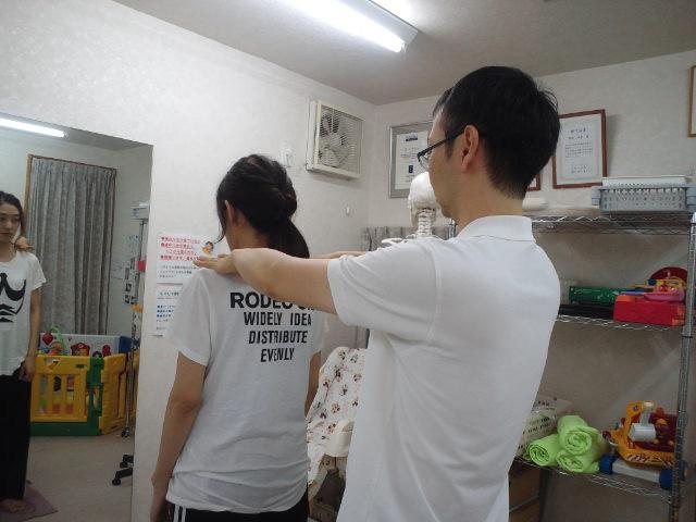 鏡の前で姿勢を確認